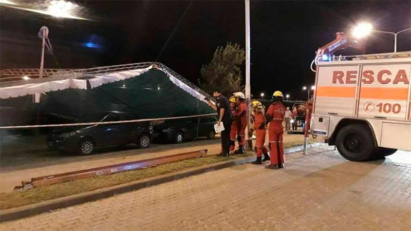 El techo de un escenario voló por el viento y cayó sobre tres autos.