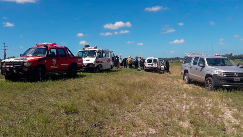 Conductor volcó en la Ruta 14 y quedó atrapado en el vehículo.