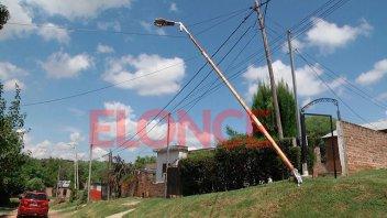 Tras la tormenta un poste quedó sostenido por los cables de la luz