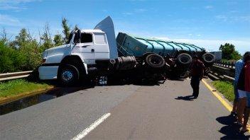 Video y fotos: Camión volcó en puente sobre Ruta 12 e interrumpió el tránsito