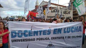 Docentes universitarios marcharon contra los tarifazos