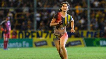Quién es la mujer que saltó semidesnuda a la cancha en Rosario Central-River
