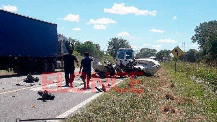 Grave siniestro en ruta 12: un utilitario y un camión chocaron de frente