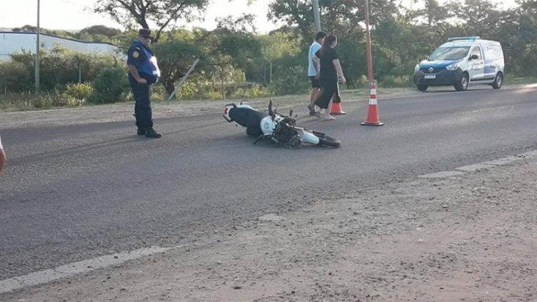Un motociclista evadió un control, chocó y lesionó gravemente a un policía
