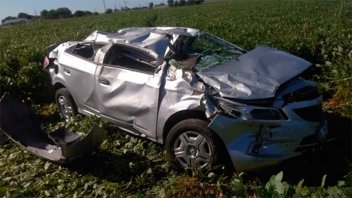 Mujer sufrió heridas al despistar y volcar su auto en la Ruta 11