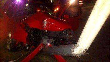 Padre e hija lesionados tras chocar un auto con una columna de alumbrado