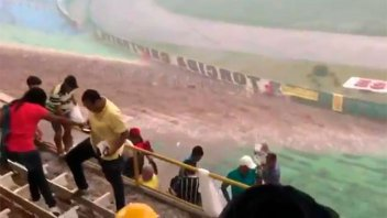 Video: lluvia torrencial inunda en segundos un estadio colmado de espectadores