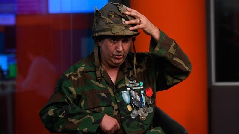 A 37 años de la guerra, volvió a sostener el casco en sus manos.