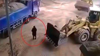 Fatalidad: excavadora atrapó por error a una mujer y la tiró a una trituradora