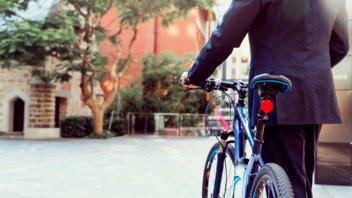 Por el aumento del transporte, más argentinos caminan o usan bicicleta