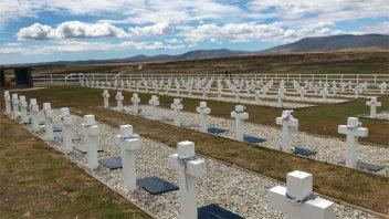 Malvinas: Familiares visitarán tumbas de soldados y desplegarán la bandera