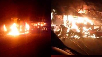 Videos: Un colectivo que llevaba 17 pasajeros se quemó totalmente en la ruta
