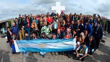 Familiares de soldados caídos desplegaron una bandera argentina en Malvinas