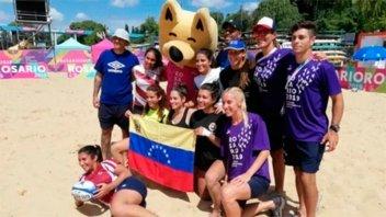 Venezolanos que llegaron para los Juegos de Playa y regresan con insumos