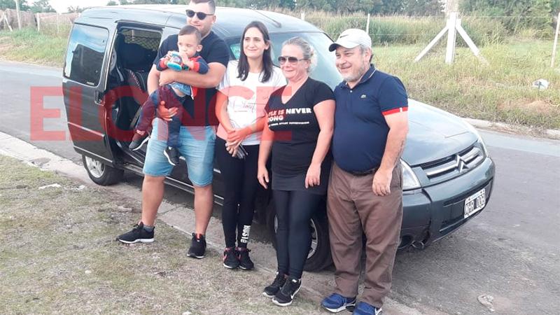 Junto al matrimonio que se ofreció a llevarlos a Buenos Aires