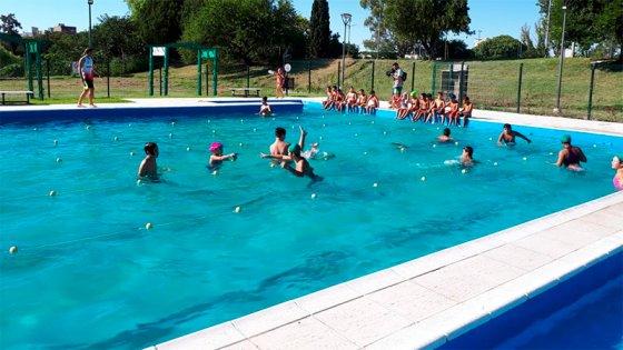 Alumnos empezaron clases de natación gracias a la solidaridad de la gente