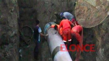 Video: Bloque de tierra cayó sobre un trabajador que reparaba caño de agua