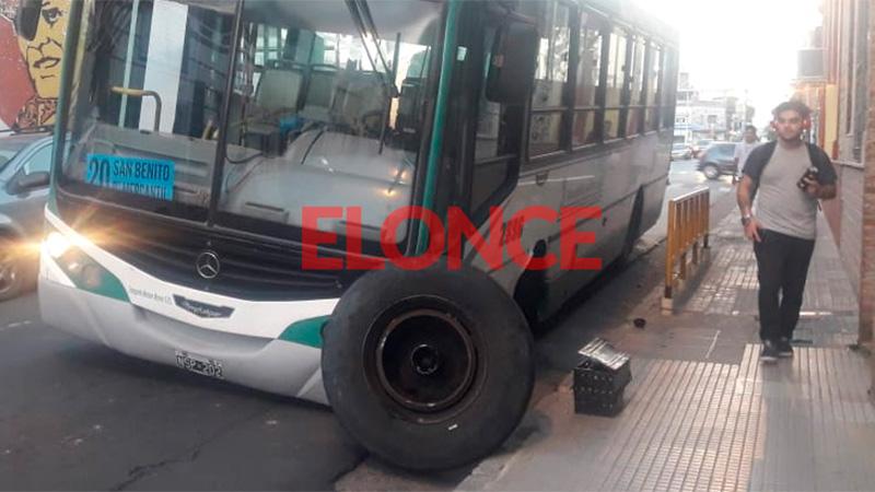 Colectivo perdió una rueda en calle Laprida e interrumpió el tránsito en la zona
