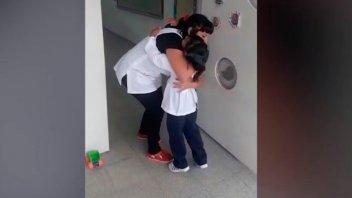 El saludo especial que implementó una maestra entrerriana al entrar al aula