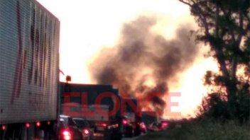 Un camión cargado con arroz se incendió por completo