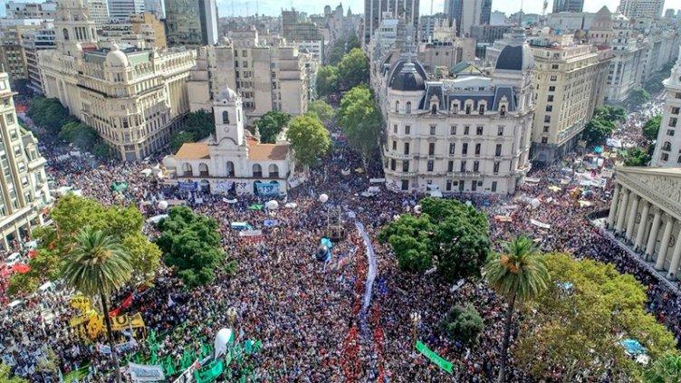 Multitudinaria concentración en Plaza de Mayo a 43 años de la última dictadura