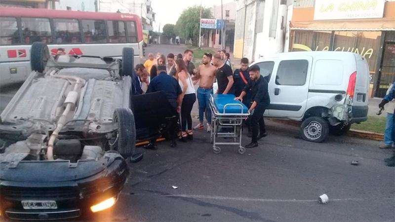Conductora chocó y volcó su auto sobre una avenida en Paraná