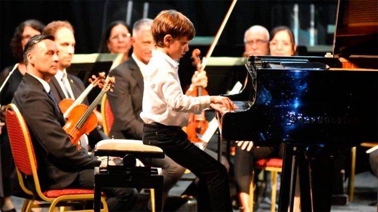 El gran talento de un niño prodigio: Con 10 años brindó un concierto de piano