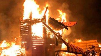 Una mujer y cinco de sus hijos murieron calcinados al incendiarse una casa