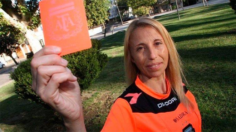 Violencia en el fútbol: hinchas arrojaron agua hirviendo a una jueza de línea