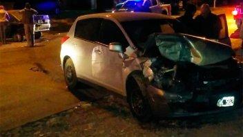 Destrozó su auto al chocar violentamente contra otro vehículo estacionado