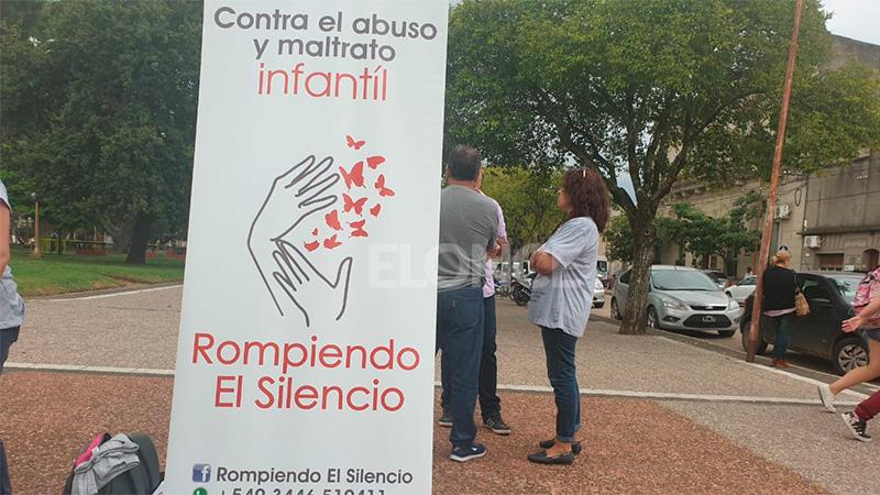El abogado Rivas ante el Tribunal y manifestación en la calle.