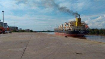 Buque de Panamá carga madera en el puerto de Concepción del Uruguay