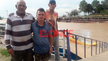 Por los fuertes vientos se tumbó una embarcación y dos hombres fueron rescatados