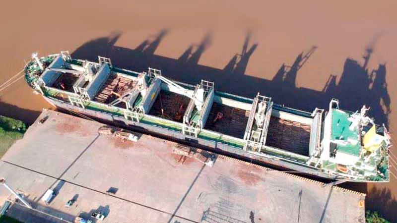"""El buque carguero """"TS Bravo"""" finalizó la carga de troncos de madera"""