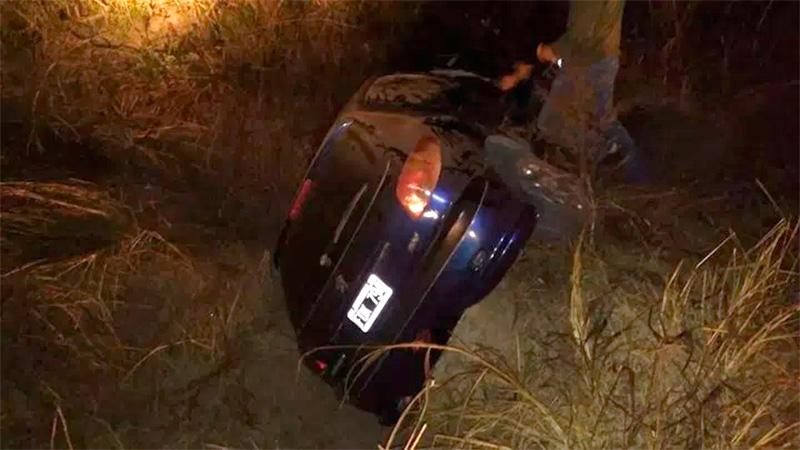 Debieron rescatar a pareja de adultos tras volcar su auto en la Ruta 40