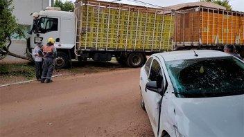 Fuerte choque entre un auto y un camión que terminó contra un árbol