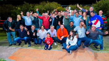 Después del acto, Varisco se fotografió con militantes peronistas
