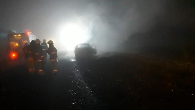 Un auto chocó de atrás un camión y se incendió sobre Ruta 12