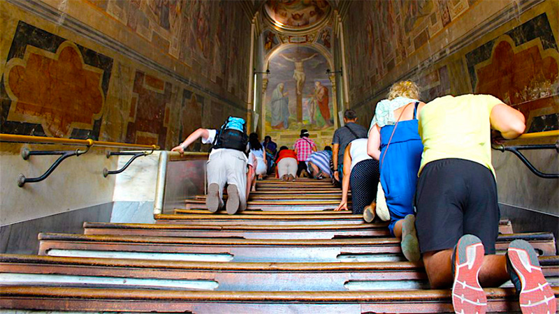 Así lucían las escaleras protegidas con maderas