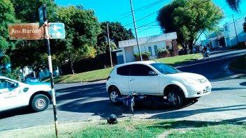 Una moto y un auto chocaron en una esquina de Paraná