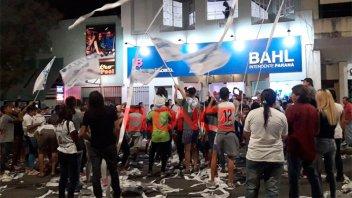 Festejos en el búnker de Bahl con bombos, banderas y cintas de papel