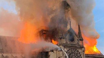 Foto: Aseguran que Jesús apareció entre las llamas en el incendio de Notre Dame