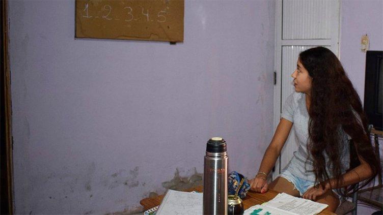Joven entrerriana ayuda a los niños de su barrio para que no dejen la escuela
