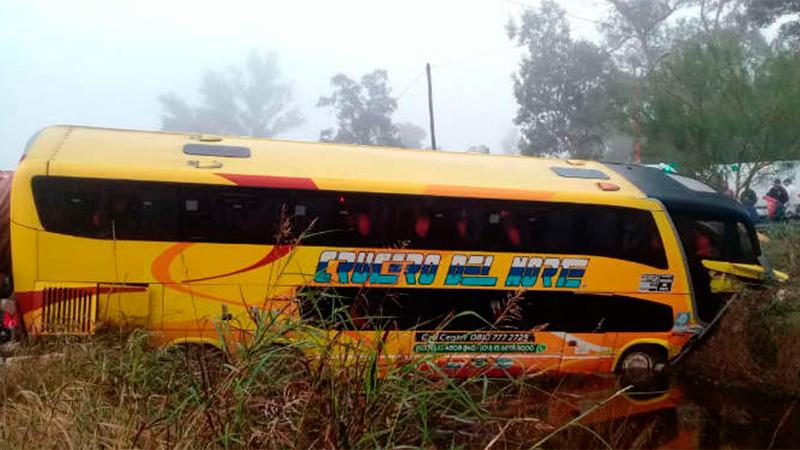 Un colectivo de larga distancia fue chocado por un camión: Falleció una persona