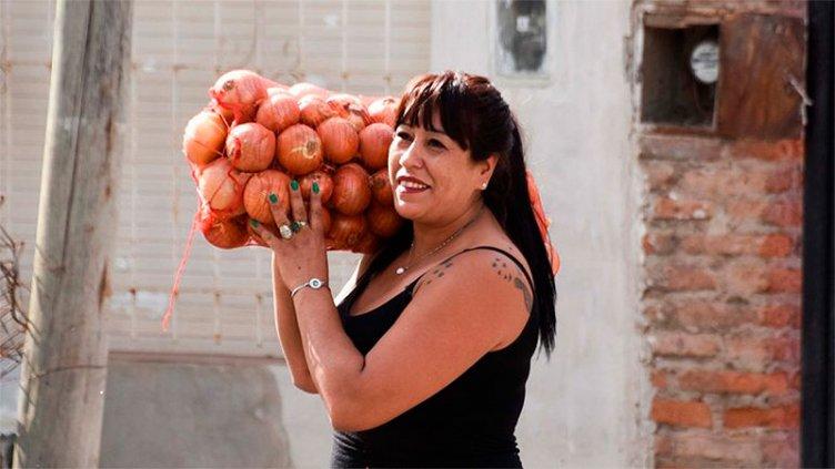 Emocionante: La historia de la verdulera que regala frutas a niños con hambre