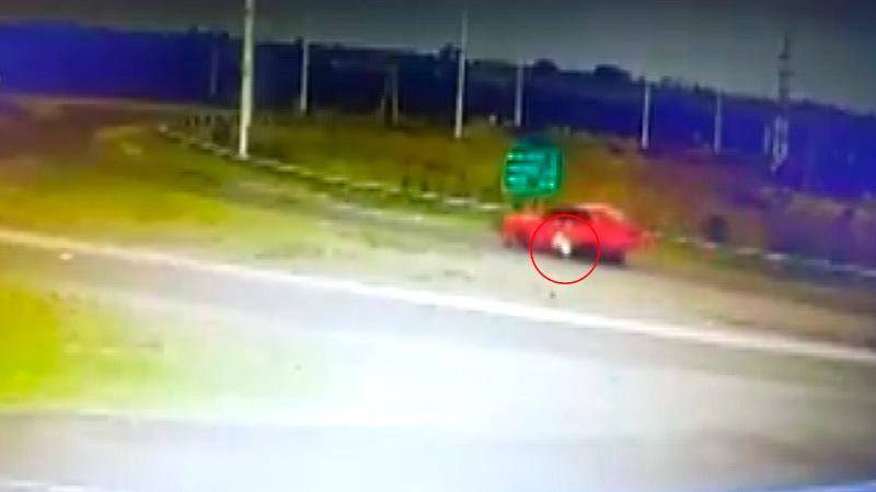 Video: Automovilista evade un control y arrastra a un policía en cruce de rutas