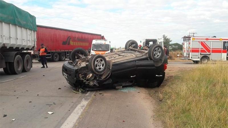 Video y fotos: Familia de Paraná volcó en ruta de Córdoba tras chocar con camión