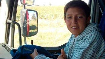 Niño hace dedo todos los días para llegar a la escuela y tiene un sueño