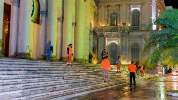 Fotos: Lavaron y desinfectaron las escalinatas de la Catedral y la vereda