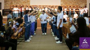 Invistieron con sus guardapolvos blancos a estudiantes de Medicina de la UAP